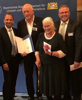 Bild von links: Bayerns Umweltminister Thorsten Glauber, Hans-Gerhard Trapper, Ursula Häselbarth und Erster Bürgermeister Stefan Busch
