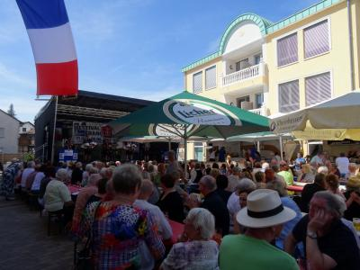 Franzosen und Nauheimer feiern gemeinsam auf dem Festplatz im Atrium © Gemeinde Nauheim