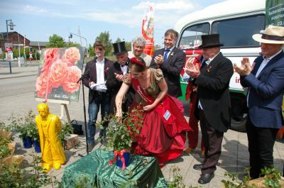 """Foto zur Meldung: MAZ berichtet: """"Die Fontane-Rose blüht orange"""""""
