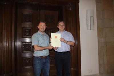 Stephan Michelis (l.) und Oliver Hermann (r.) mit dem Erbbaupachtvertrag | Foto: B. Haak