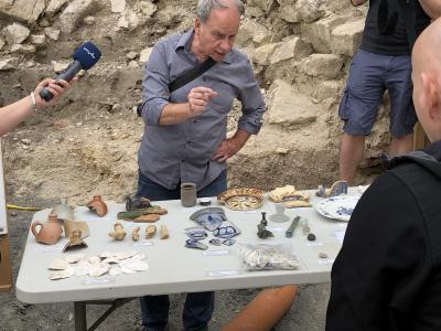 Herr Dr. Seidel erläutert die archäologischen Funde
