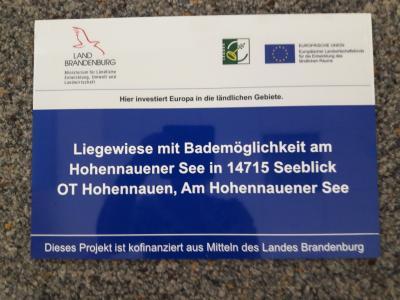 Liegewiese mit Bademöglichkeiten am Hohennauener See