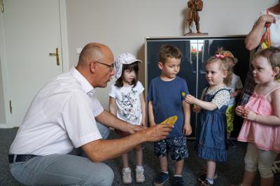 """Die Kinder aus der Kita """"Tausendfüßler"""" griffen bei den liebevoll zuberei-teten Erfrischungen im Büro von Bürgermeister Dr. Ronald Thiel gern zu. Foto: Andreas König/Stadt Pritzwalk"""