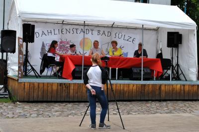 Svenja Wolf, Dustin Bergmann (links im Bild), Sonja Heyer (re) im Live-Gespräch mit Dr. Elvira Ehle (3.v.l.) und Frauke Ewald (2.v.r.)