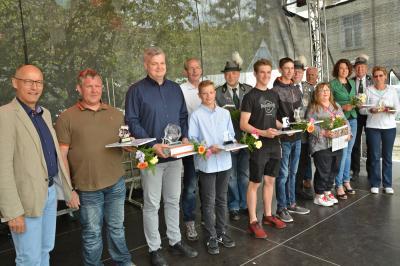 Die Sieger des Bürgerkönigsschießens 2019 mit Bürgermeister Dr. Ronald Thiel (li) und Mitgliedern der Schützengilde. Foto: Hans-Werner Boddin