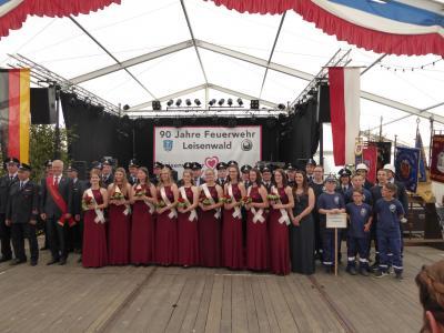 Foto zeigt den Festumzug am Sonntagmittag mit den Ehrengästen und dem Festpräsidenten sowie den Festdamen
