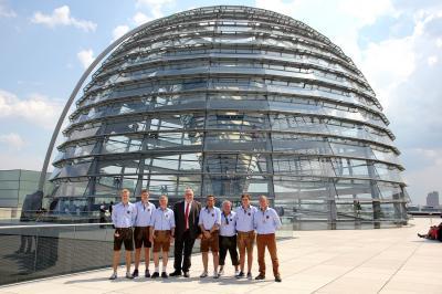 Abgeordneter Erich Irlstorfer (4.v.li.) empfing das Moosburger Team im Bundestag.