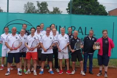 Foto zur Meldung: Tennisherren des SV Fuhrberg ab sofort mit einheitlichen Trikots und Jacken
