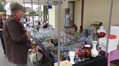 Vorschaubild zur Meldung: Wieder BLAUER SONNTAG und Porzellan- und Glasflohmarkt am Glasmuseum. Jetzt Standfläche sichern!