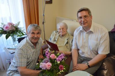 Bürgermeister Dr. Oliver Hermann (r.) und Karsten Korup, Vorsitzender der Stadtverordnetenversammlung (l.) gratulierten Gerda Franz zum 100. Geburtstag I Foto: Martin Ferch