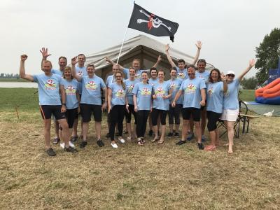 """hochmotiviert: das Drachenbootteam der """"Stadtpiraten"""" beim 19. Elbebadetag"""