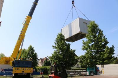 Bereits am 3. Juni wurde mit dem Aufbau der Ausweich-Container auf dem Gelände der Grund- und Oberschule Calau begonnen. Pünktlich zum Start der Sommerferien am 20. Juni beginnen die umfangreichen Sanierungsarbeiten. Foto: Stadt Calau / Jan Hornhauer