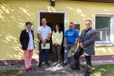 v.l.: Frau Dr. Müller (Amtsärztin), Dr. Zerbaum, Frau Lenke (Amtsdirektorin), Herr Hellmann (Ortsvorsteher), Herr Gall (Dezernent für Soziales/Jugend/Gesundheit)