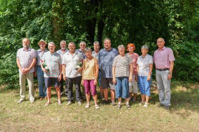 Bei der Feier zum 100-jährigen Bestehen der Kleingartenanlage am Trappenberg wurden verdiente Gärtnerinnen und Gärtner ausgezeichnet. Bürgermeister Dr. Ronald Thiel (r.) überbrachte die Glückwünsche der Stadt Pritzwalk. Foto: Andreas König