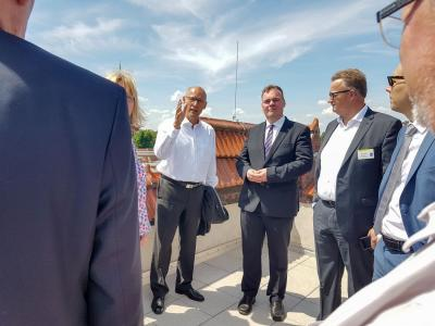 17ea5a9ec6c7db Foto: Bürgermeister Dr. Ronald Thiel (l.) präsentiert seinem Amtskollegen  André Wiese einen Blick über Pritzwalk. Foto: Beate Vogel