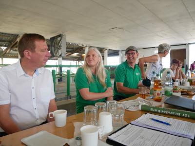 Foto zur Meldung: Mehr Kuhkomfort mit eigener Kraft - Landratsbesuch in Elbe-Elster