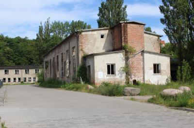 """Die alten Lager- und Funktionsgebäude im Sassnitzer """"Westhafen"""" werden noch in diesem Jahr abgerissen. (Foto: Meta-Marianne Lorenz)"""