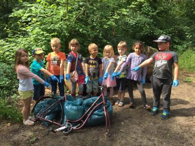 Die Vorschulkinder der Kita Märchenland sammelten Müll im Stadtpark I Foto: Anja Hoffmeister