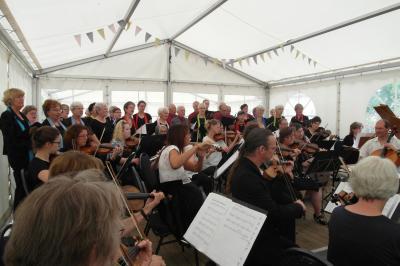 Parchimer Händelchor und collegium musicum wettergeschützt im Zelt auf den Hafenterrassen. Foto: Bianka Schubert