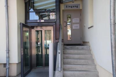 Unser Bild zeigt den hinteren Eingang des Bürgeramtes sowie den Aufzug.