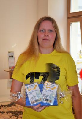 Stadt Perleberg | Mama Diana Heuer holte für ihre Tochter Emily den Gewinn ab