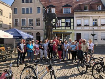 Sandrta Perabo | Gruppenbild am Roland vor dem Start nach Lübzow