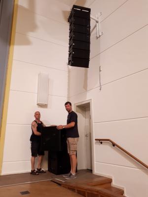 Dietmar Drawe (l.) und Christian Boethke, beide Meister für Veranstaltungstechnik, beim Aufbau der neuen Lautsprecheranlage   Foto: Franziska Lenz