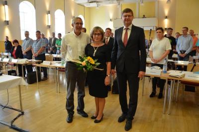Der Kreistag OSL hat sich konstituiert: die bisherige und neue Vorsitzende Martina Gregor-Ness (SPD) nahm Glückwünsche entgegen von Landrat Siegurd Heinze (r.) und Norbert Philipp (BÜNDNIS 90/DIE GRÜNEN). (Foto Landkreis)