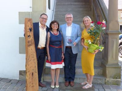 Im Bild von links: Geschäftsleiter Jürgen Markert, Alice Saalmüller, 1. Bürgermeister Ewald Vögler sowie Vertretung des Personalrates, Nelli Ziske