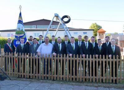 Bürgermeister Bernold Martin freut sich mit den Schondraer Burschen über die Errichtung des neuen Zaunes am Kinderspielplatz