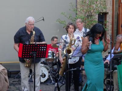 Foto zur Meldung: Live im Hof: Wilson de Oliveiras lateinamerikanische Rhythmen bringen erste Sommergefühle nach Nauheim