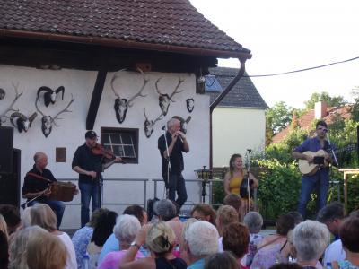 Foto zur Meldung: Live im Hof: Irischer Abend mit An Tor und den Uniceltics