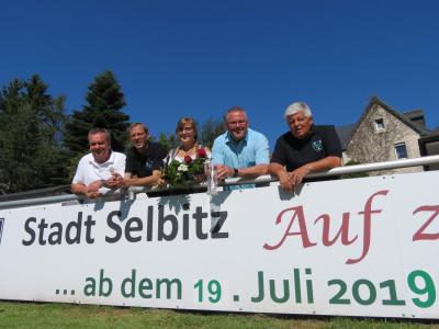 Bild von links: Festwirt Ralf Meister, Festwirt Jörg Vogel, Wiesenfestkönigin Anne I., Erster Bürgermeister Stefan Busch und Festwirt Gerhard Färber