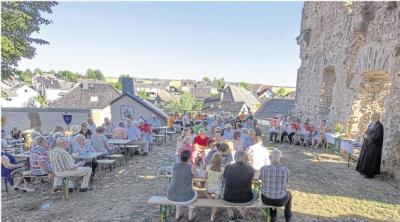 Während des Gottesdienstes waren die Besucherzahlen noch überschaubar, aber später wurde es voll an der Burgmauer.Foto: Rolf Kahl