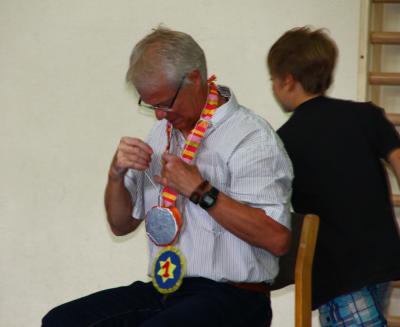 """Herr Brammerloh bei der"""" Medaillenverleihung"""" durch die Schüler"""