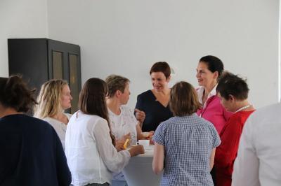 Mehrmals im Jahr wird der Stammtisch für Unternehmerinnen und Gründerinnen in Falkensee zu verschiedenen Themen angeboten und erfreut sich wachsender Teilnehmerzahlen. Unser Foto zeigt Teilnehmerinnen im angeregten Gespräch.