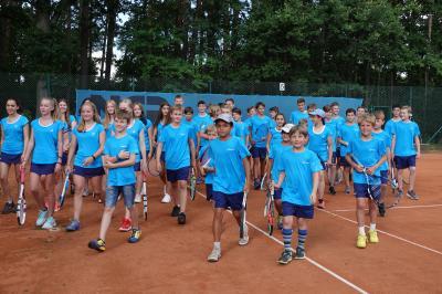 Vorschaubild zur Meldung: Tennis: Neue Trikots für den Tennis-Nachwuchs