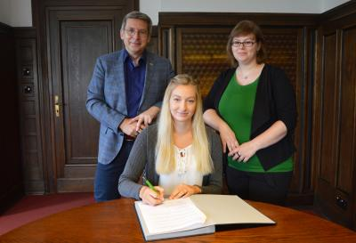 : Im Beisein von Bürgermeister Dr. Oliver Hermann und Ausbildungsleiterin Susann Artelt unterschrieb Kim-Sina Kretschmann (m.) ihren Arbeitsvertrag I Foto: Martin Ferch