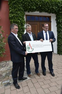 Foto zur Meldung: Minister Vogelsänger gratuliert Pinnow zur Mitgliedschaft in der AG Historische Dorfkerne im Land Brandenburg