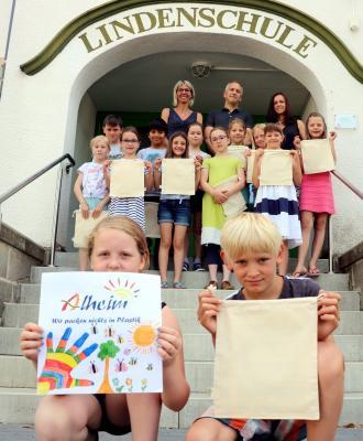 Emily Kauffold präsentiert das Logog für die Alheim-Leinentaschen - Foto Christopher Ziermann, HNA