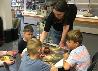Johanna Gumz vom Team der Stadtbibliothek beim Spielen mit Kindern des Hortes der Elblandgrundschule I Foto: Johanna Eckwert