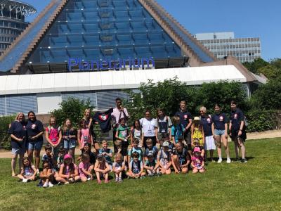 Gruppenbild vor dem Planetarium Mannheim