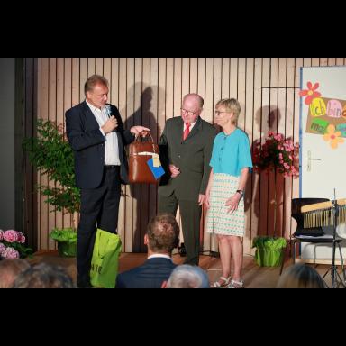 Geschenkübergabe durch Herrn D. Becker (Geschäftsführer vom Caritasverband Tecklenburger Land) und Herrn H. Poggemann(Vorstandsvorsitzender vom Caritasverband Tecklenburger Land) an Frau Marianne Willen