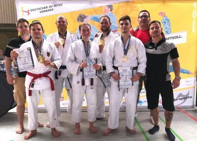 Medaillenträger und Trainer