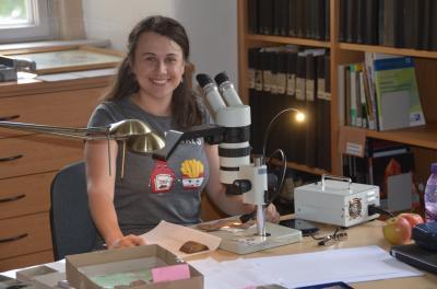 Frau Mikudíková bei ihren Untersuchungen