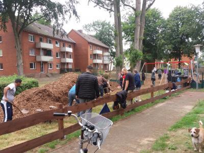 Foto zur Meldung: Rindenmulch für den Spielplatz in der Ernsting Siedlung