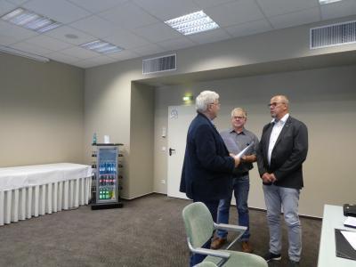 Der ehemalige Amtsvorsteher Herr Hilpert und der 1. Stellvertreter des Amtsvorstehers Herr Eckert führen die Ernennung durch und nehmen den Diensteid ab.