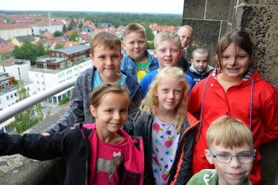 Die jungen Besucher genossen den Blick vom Turm des Rathauses von Wittenberge I Foto: Martin Ferch