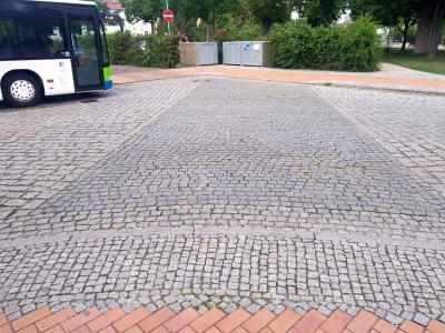 Foto zur Meldung: Reparaturarbeiten an der Fahrbahn des Busbahnhofes Lehnin
