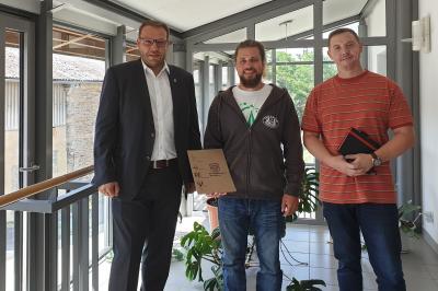 Robert Grams (Mitte) mit Samtgemeindebürgermeister Gero Janze (links) und dem Produktverantwortlichen Andreas Minuta (rechts) nach der Vertragsunterschrift. (Foto: Samtgemeinde Grasleben)
